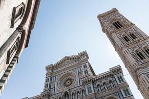ドゥオモとジョットの鐘楼を見上げるの写真素材 [FYI01709181]