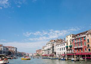 船が行き交う運河と街並の写真素材 [FYI01709183]