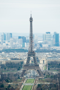 モンパルナスタワーから見るエッフェル塔の写真素材 [FYI01709187]