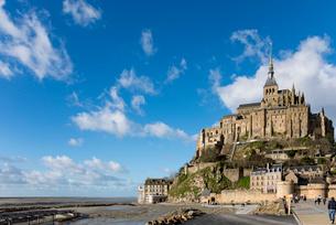 雲なびく青空とモンサンミッシェル修道院の写真素材 [FYI01709188]