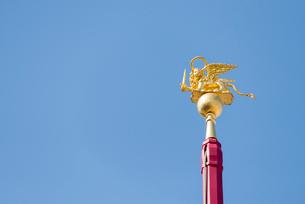 先端に金の有翼の獅子が付いたフラッグポールの写真素材 [FYI01709192]