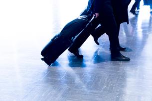 キャリーケースをひき歩くビジネスマンの足下の写真素材 [FYI01709194]