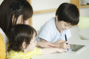 タブレットで勉強をしている子供の写真素材 [FYI01709202]