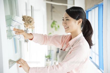 ドアを拭いている女性の写真素材 [FYI01709214]