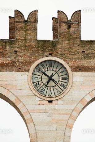古い門に埋め込まれた時計の写真素材 [FYI01709227]