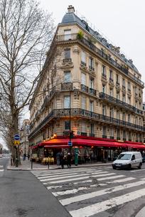 冬のパリのカフェのある風景の写真素材 [FYI01709245]