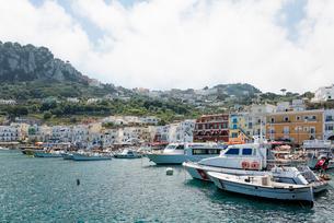 遠くにリゾート建物が建ち並ぶカプリ島マリーナの写真素材 [FYI01709277]