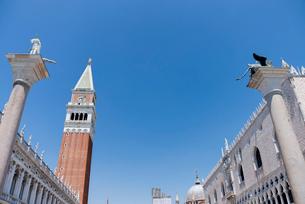 青空とサンマルコ広場の鐘楼と建築物の写真素材 [FYI01709291]