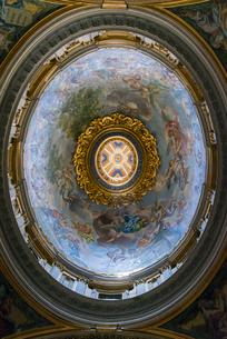 サン・ピエトロ大聖堂内部より見上げる側廊のクーポラの写真素材 [FYI01709293]