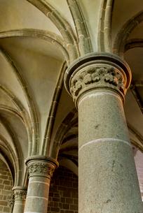 モンサンミッシェル修道院迎賓の間の柱 の写真素材 [FYI01709306]