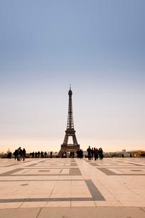 朝焼けの中のエッフェル塔の写真素材 [FYI01709313]