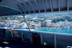 ボートから見るカプリ島マリーナ風景の写真素材 [FYI01709317]
