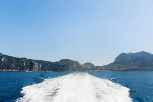 カプリ島とフェリーの水しぶきの写真素材 [FYI01709320]