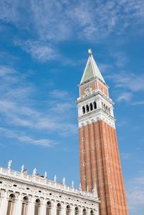 青空に聳え立つサンマルコ広場の鐘楼の写真素材 [FYI01709328]