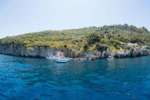 カプリ島青の洞窟入り口付近の風景の写真素材 [FYI01709331]