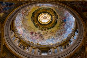 サン・ピエトロ大聖堂内部より見上げる翼廊のクーポラの写真素材 [FYI01709365]