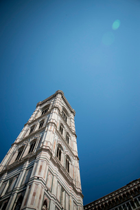 青空に聳え立つジョットの鐘楼の写真素材 [FYI01709370]