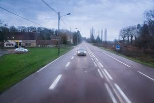 田舎を真っすぐに走る高速道路の写真素材 [FYI01709385]