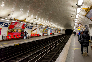 パリの地下鉄のホームの写真素材 [FYI01709402]