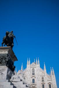 ヴィットリオ・エマヌエーレ2世の騎馬像越しに見るドゥオーモの写真素材 [FYI01709412]