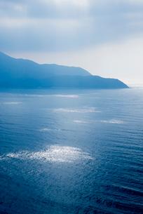 日が差す敦賀湾より敦賀半島を望むの写真素材 [FYI01709413]