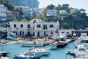 ボートが停泊するマリーナ風景の写真素材 [FYI01709418]