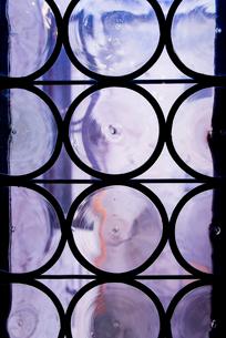 古い円模様のガラス窓の写真素材 [FYI01709424]