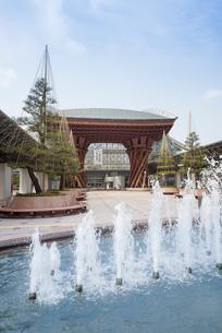 噴水越しの金沢駅鼓門の写真素材 [FYI01709441]