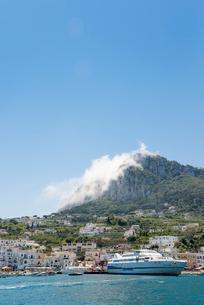 青空とカプリ島マリーナの写真素材 [FYI01709451]