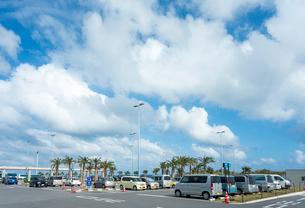 雲がかかる青空の下の駐車場風景の写真素材 [FYI01709453]