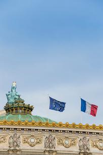 青空に旗がたなびくオペラ座の屋根の写真素材 [FYI01709460]