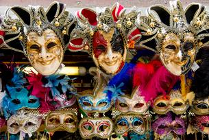 店先に並ぶカーニバルの仮面の写真素材 [FYI01709486]