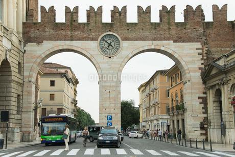 時計のある古い門の写真素材 [FYI01709516]