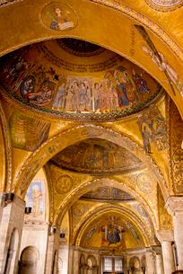 サンマルコ聖堂のアーチが続く通路の写真素材 [FYI01709525]