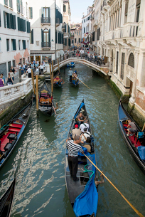ゴンドラと人々が行き交う運河の風景の写真素材 [FYI01709528]