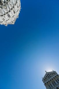 ピサのドゥオーモと洗礼堂を青空に見上げるの写真素材 [FYI01709530]