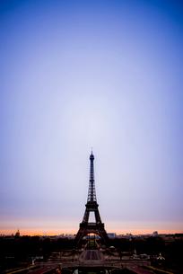 朝焼けの中のエッフェル塔の写真素材 [FYI01709538]