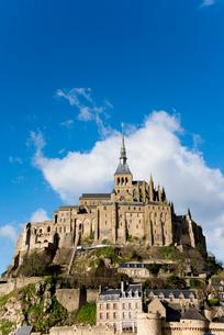 青空に聳え立つモンサンミッシェル修道院の写真素材 [FYI01709560]