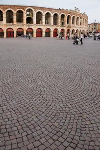 石畳と円形劇場アレーナの写真素材 [FYI01709564]