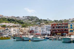 ボートが並ぶカプリ島マリーナ風景の写真素材 [FYI01709569]