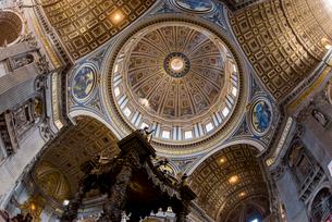サン・ピエトロ大聖堂の内部よりクーポラを見上げるの写真素材 [FYI01709572]