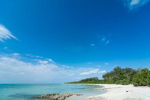 雲なびく青空と青い海の竹富島カイジ浜の写真素材 [FYI01709576]