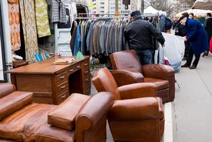 ヴァンヴの蚤の市で売られている古い家具の写真素材 [FYI01709582]