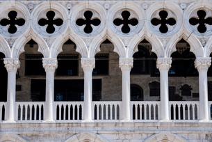 ドゥカーレ宮殿のゴシック式アーチの写真素材 [FYI01709591]