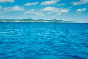 真っ青な海から遠くに石垣島を望むの写真素材 [FYI01709597]