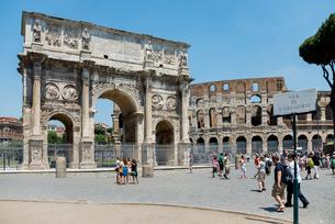 コンスタンティヌスの凱旋門とコロッセオの写真素材 [FYI01709599]