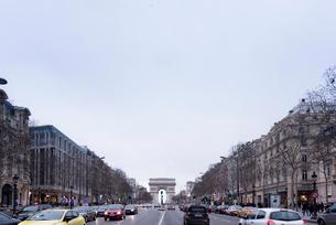 正面に凱旋門を見る冬のシャンゼリゼ大通りの写真素材 [FYI01709622]
