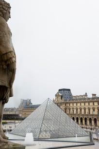 ルーヴル美術館のガラスピラミッドの写真素材 [FYI01709650]