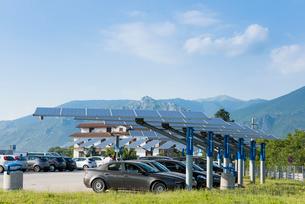 パーキングに設置されたソーラ発電パネルの写真素材 [FYI01709659]