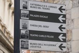 ジェノヴァの街の案内板の写真素材 [FYI01709668]